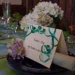 お皿の上にカードとお花