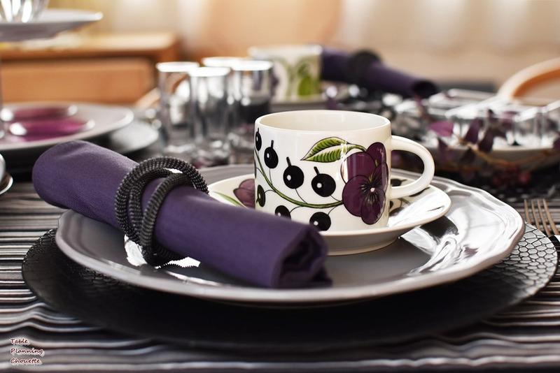 紫をアクセントにしたテーブル